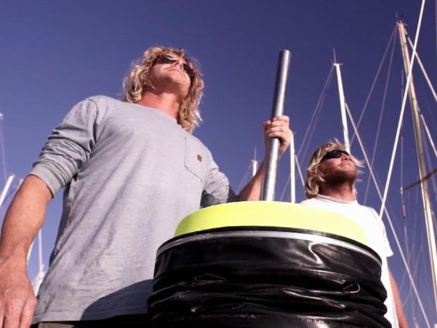 Pete Ceglinski (trái) và Andrew Turton (phải) là hai chàng trai trẻ người Úc, đã phát minh ra cỗ máy Seabin.