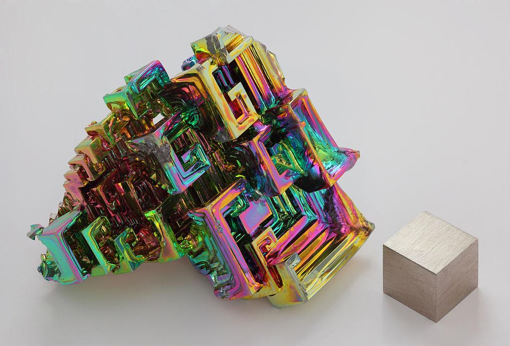 Nguyên tô Bismuth, so sánh với một khối 1cm khối.