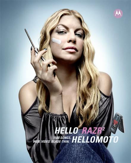 """Kiều nữ của Black Eyed Peas cũng bị """"dao cạo"""" của Motorola làm xước mặt"""