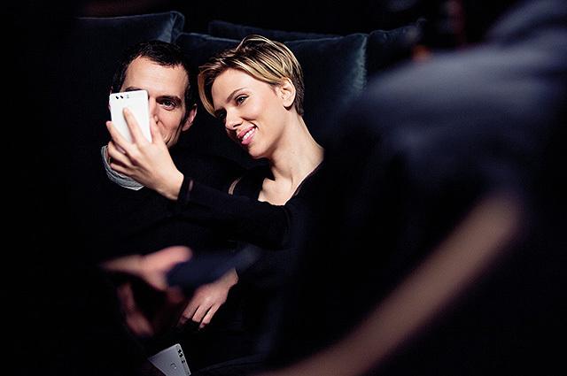 Huawei không ngần ngại vung tiền thuê Scarlett Johansson và Henry Cavill để quảng cáo cho smartphone flagship P9