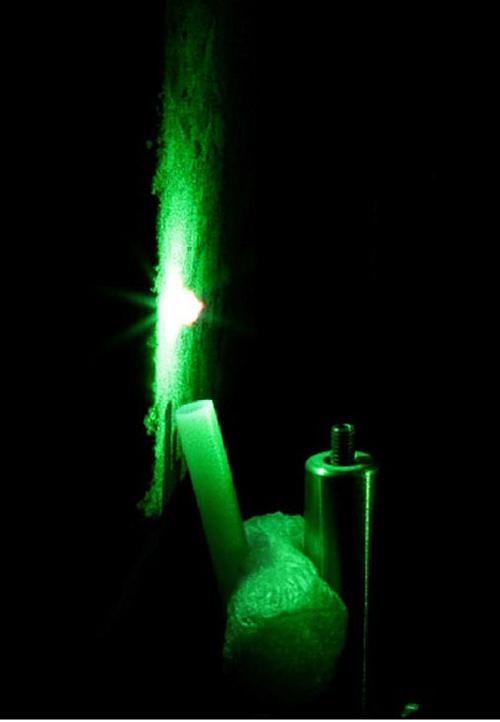 Bê tông phát ra ánh sáng khi được chiếu sáng bằng tia laser. Dựa vào các bước sóng của ánh sáng chúng phát ra, có thể phân tích các nguyên tố như clo và carbon.