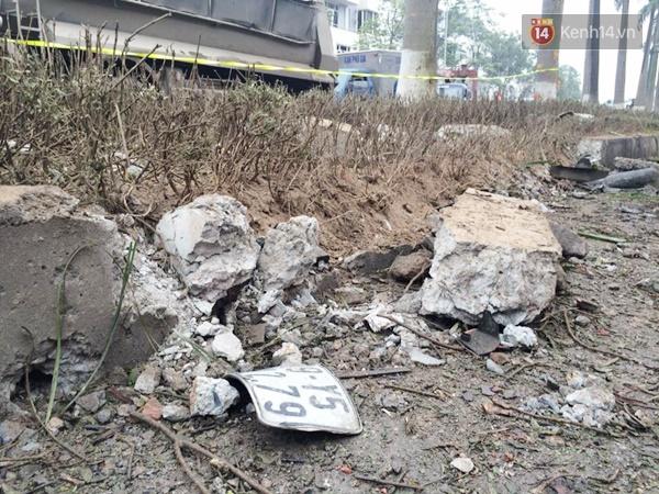 Biển số và các bộ phận của xe máy bị hất tung và vỡ vụn