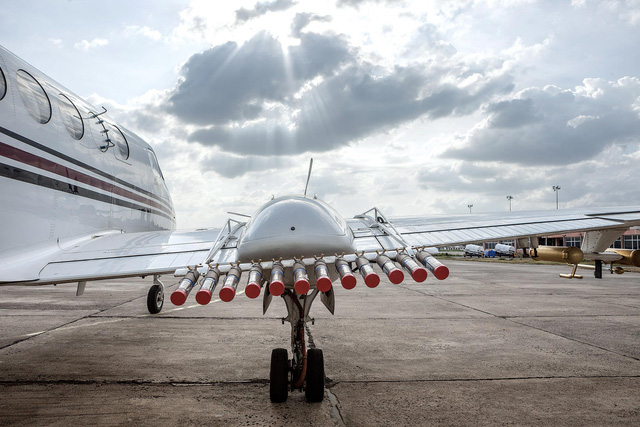 Máy bay mang ống phóng Sodium Chloride.