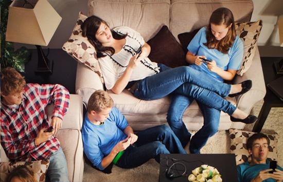 Các nghiên cứu khác cũng chỉ ra rằng sử dụng smartphone có thể cô lập con người khỏi các mối quan hệ xã hội và khiến họ xao nhãng khỏi các nhiệm vụ được giao, thật khó để hoàn thành công việc khi chúng ta cứ luôn tự ám ảnh mình rằng điện thoại đang đổ chuông trong khi thực tế chẳng có cuộc gọi nào đợi bạn trả lời đâu.