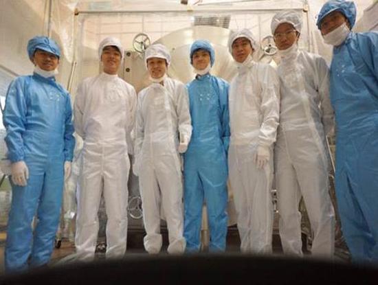 Học viên Trung tâm Vệ tinh quốc gia thực hành thử nghiệm vệ tinh tại Học viện kỹ thuật Kyushu (Nguồn ảnh: VNSC)