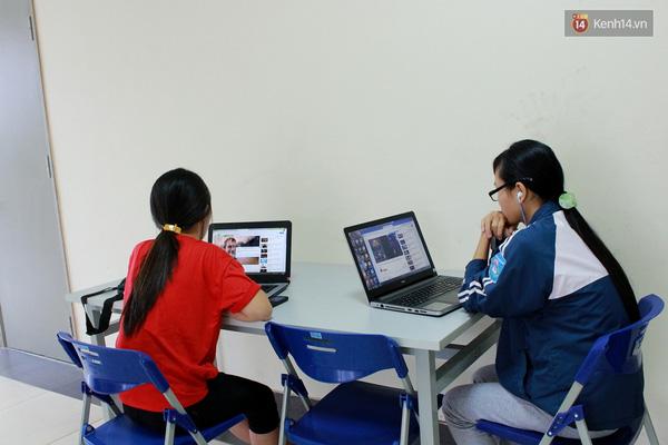 Các phòng khác, thay vì lên mạng đọc sách, báo hoặc tìm kiếm những thứ hữu ích, các nữ sinh này chỉ nghe nhạc và dạo Facebook.