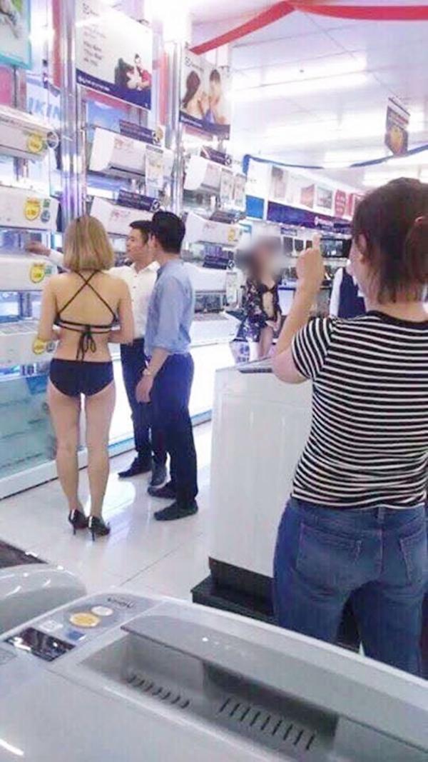 Nữ PG mặc bikini giới thiệu sản phẩm điều hòa E cho khách hàng. Ảnh: Facebook.