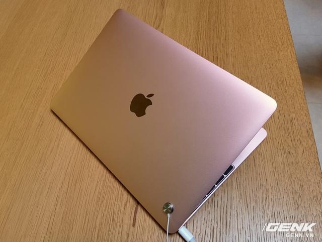Màu sắc vàng hồng lầu đầu xuất hiện trên MacBook.