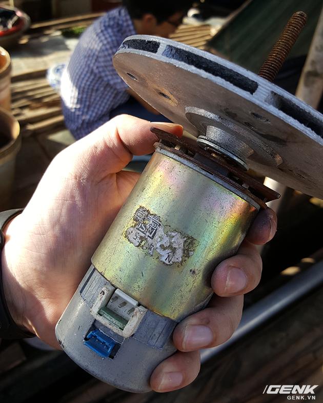 Động cơ điện 1 chiều được lấy từ 1 loại máy in công nghiệp hỏng, thầy Cường thu mua được ở chợ Trời. Thậm chí còn không thể xem được thông số kỹ thuật.