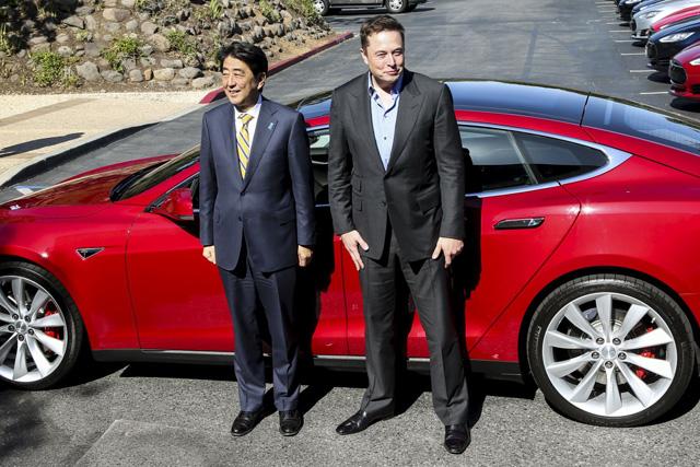Thủ tướng Nhật Bản Shinzo Abe từng cùng Elon Musk thưởng ngoạn một chuyến đi trên Model S.
