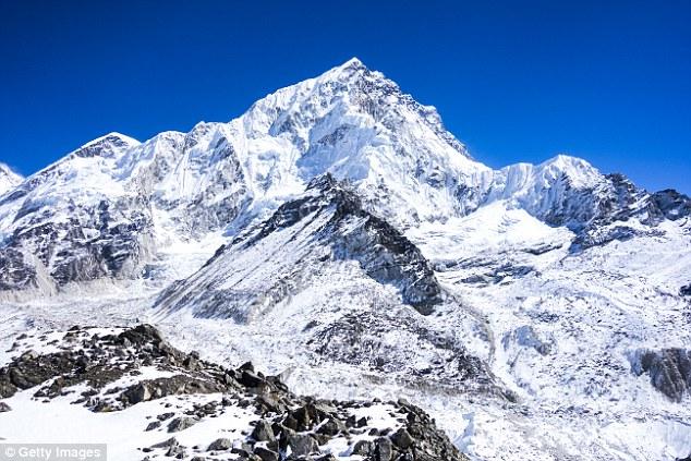 Everest - đỉnh núi cao nhất trên bề mặt Trái đất, thể hiện cường lực của lực hấp dẫn trên hành tinh này