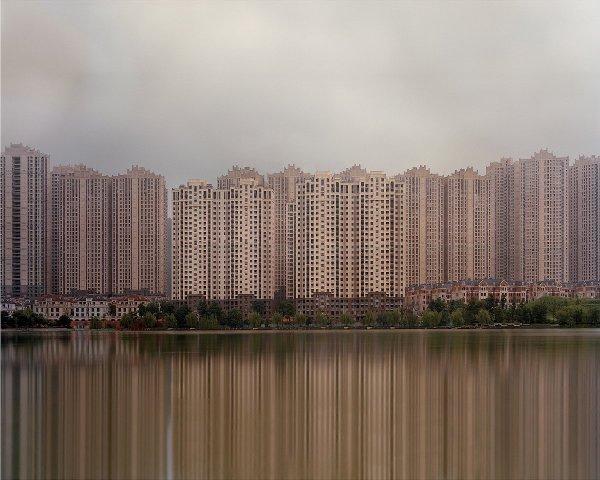 Những khu đô thị nằm san sát nhau vẫn chỉ để làm cảnh và hoàn toàn thiếu vắng hình bóng của con người.