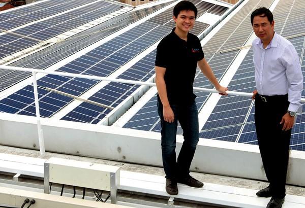 Leandro Leviste cùng đối tác trong một dự án mái nhà năng lượng mặt trời.