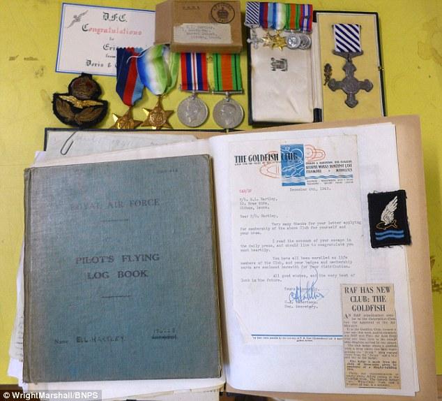 Bức ảnh gồm nhật ký, thông tin trao đổi với gia đình chiến sỹ, huy chương và búc ảnh của chiến sỹ Eric Hartley.