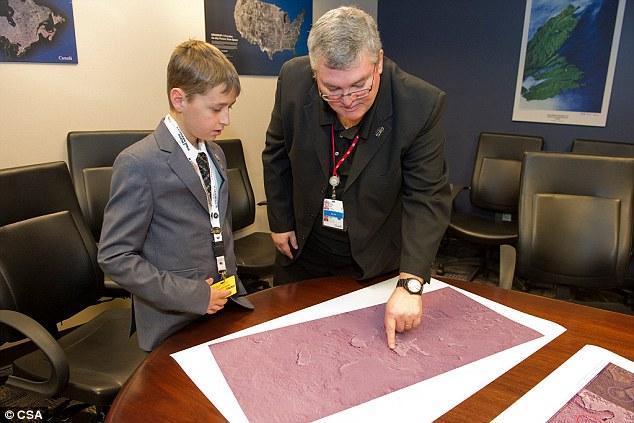Cậu thanh niên Canada chỉ ra rằng tổng số 117 thành phố Maya thiếu một thành phố. Theo giả thiết của chính cậu bé, thành phố ấy sẽ có vị trí tương đương ngôi sao đại diện của nó trên chòm sao.