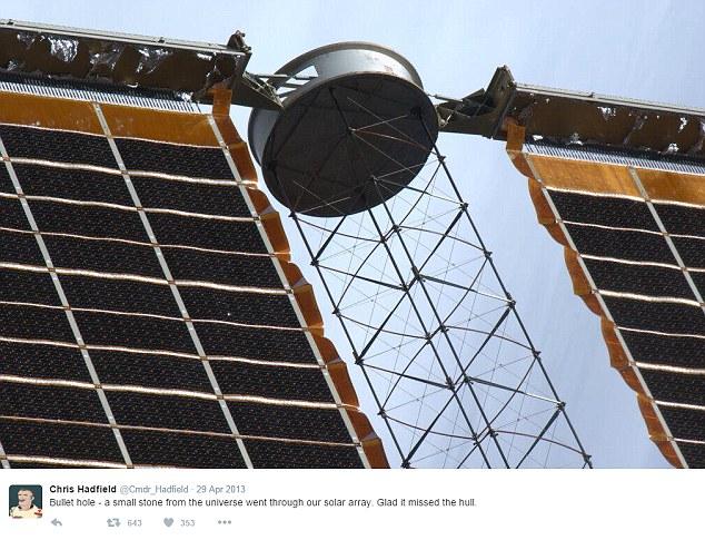 Lỗ thủng trên tấm pin Mặt Trời, gây ra bởi một mảnh rác vũ trụ.