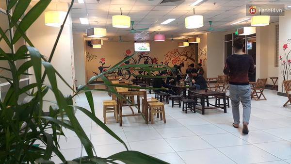Đời sống sinh viên ở đây rất thoải mái. Hết giờ ăn, họ lại ngồi lê la cafe.
