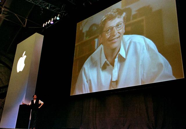 MacWorld 1997. Steve Jobs trở lại Apple với màn hình chiếu ảnh Bill Gates và 150 triệu USD tiền vốn từ Microsoft.