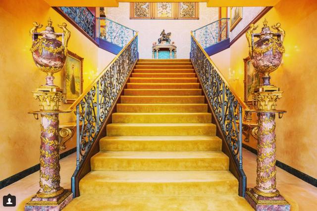 Thứ người thường dùng làm đồ trang sức chỉ đáng để lát cầu thang mà thôi, hãy chiêm ngưỡng cầu thang được lát bằng vàng ròng lộng lẫy này xem.