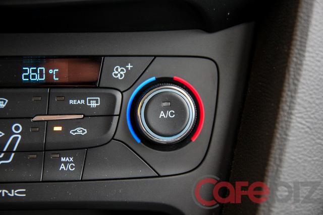 Tắt điều hòa (A/C) trước khi xuống xe giúp cơ thể dễ làm quen với môi trường hơn.