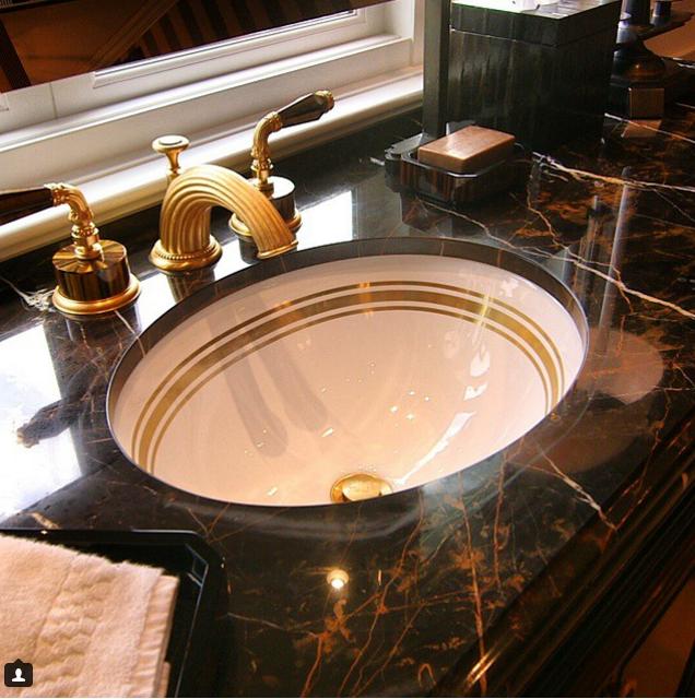 Vàng ở khắp mọi nơi, kể cả trong nhà vệ sinh.