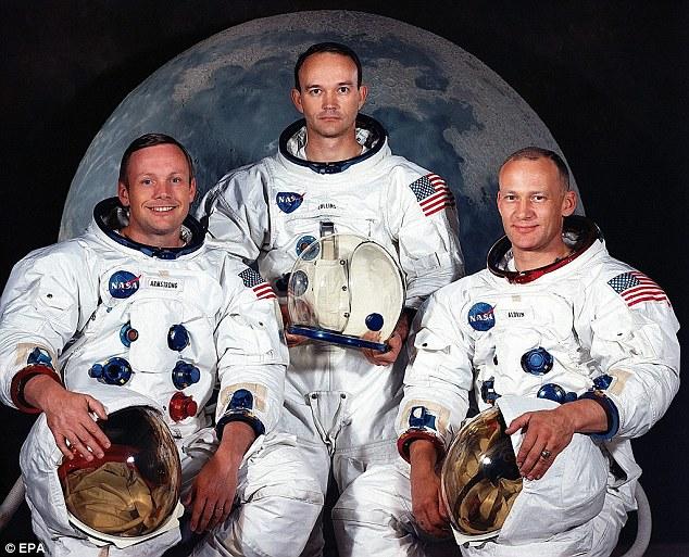 Neil Armstrong bên trái - Michael Collins đứng giữa - Buzz Aldrin bên phải.