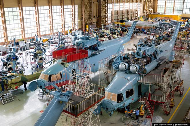 Phân xưởng lắp ráp tổng đoạn, trong hình ta có thể thấy các loại trực thăng như: Mi-28N, Mi-35M và Mi-26T.