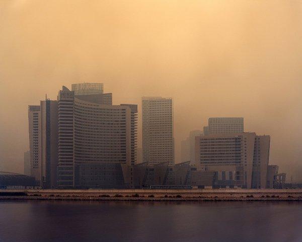 Khung cảnh hiu hắt từ những tòa nhà trống rỗng giữa lòng thành phố gợi ra vẻ u ám đến não nề tại Trung Quốc.