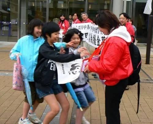 Trẻ em Nhật Bản cũng hào hứng ủng hộ cho người dân Tứ Xuyên vào năm 2008. Ảnh: Weibo