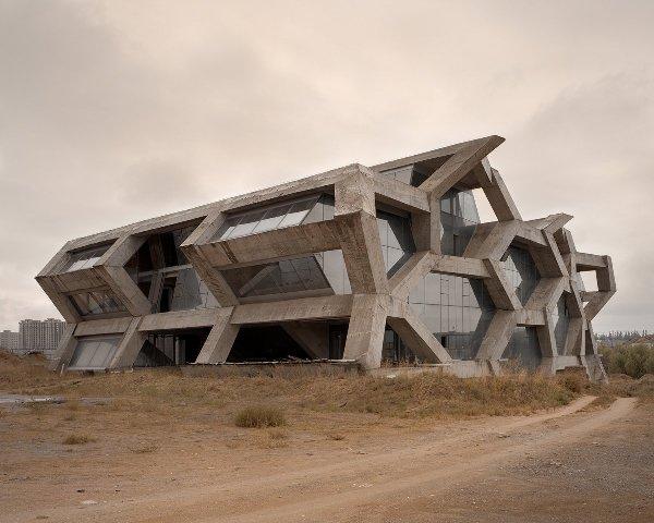 Tòa nhà này trông khác gì một công trình kiến trúc bị bỏ quên giữa hoang mạc.