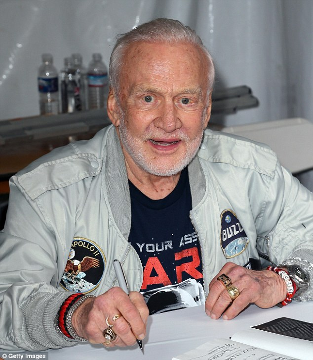 Ông Buzz Aldrin vẫn cố gắng thuyết phục chính phủ Mỹ tập trung vào việc lên Sao Hỏa. Ảnh được chụp vào tháng 4 năm 2016 tại Los Angeles.