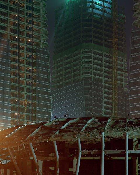 Mặc dù có ánh đèn sáng lên tại những tầng cao, song những khu nhà trên vẫn không thể tươi vui thêm một chút nào.