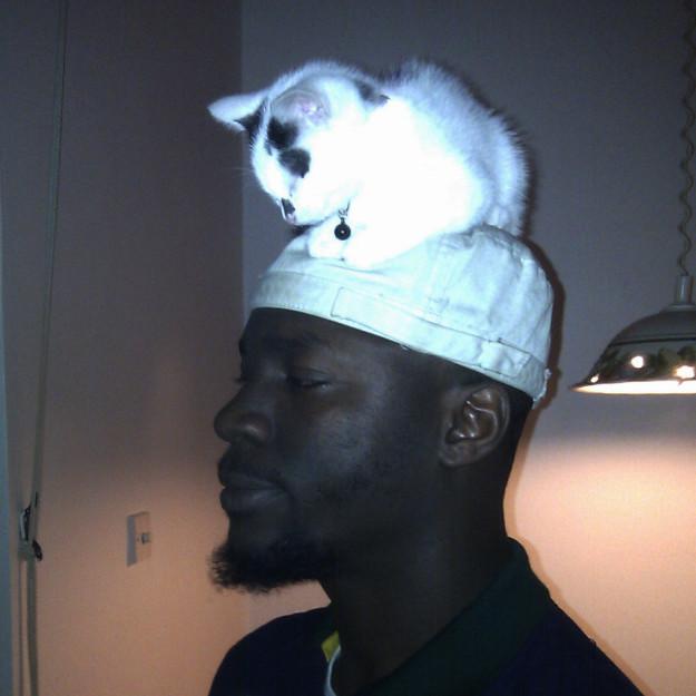 8. Mũ trắng tinh khôi kết hợp với làn da ấy thì còn bằng.