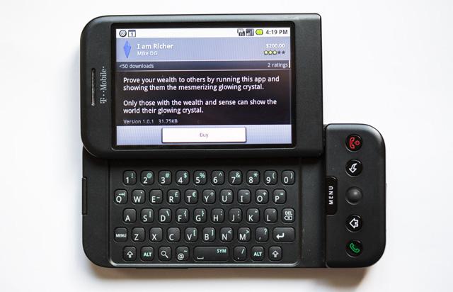 HTC Dream/G1, chiếc smartphone Android đầu tiên bán ra thị trường.