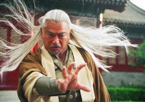 Trong truyện Phong Vân, Hùng Bá là người đã sáng tạo nên 3 tuyệt kỹ võ học nổi tiếng, bao gồm: Thiên Sương Quyền, Bài Vân Chưởng và Phong Thần Cước.