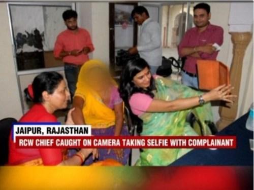 Somya Gurjar và Suman Sharma trong tấm hình gây bão cộng đồng mạng Ấn Độ