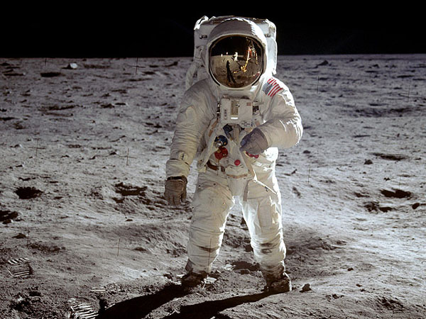 Những bước chân đầu tiên trên Mặt Trăng.
