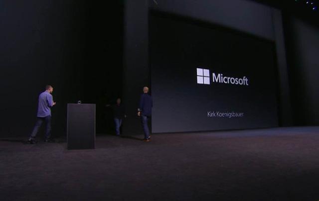 Năm 2015, người của Microsoft lại xuất hiện trên sân khấu Apple.