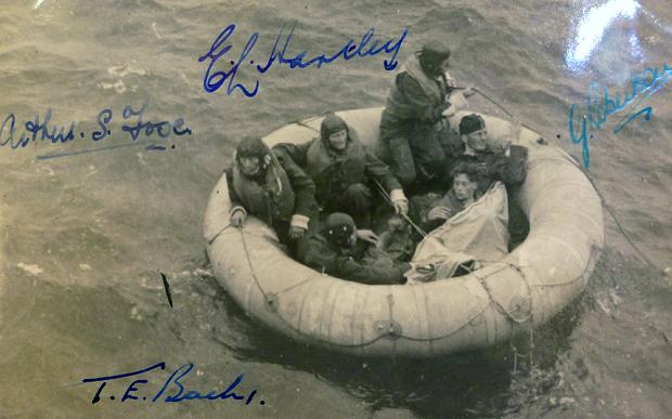 Bức ảnh chụp 6 chiến sỹ Mỹ trên xuồng phao khi được cứu thoát. Bức ảnh được ký bởi 4 trong sô 6 người sống sót.