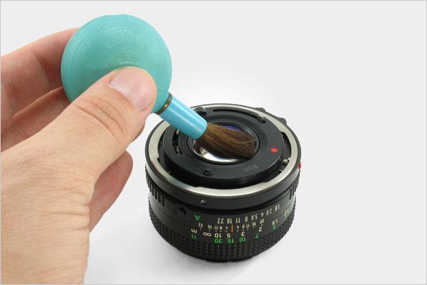 Sử dụng chổi chuyên dụng để lau ống kính và cảm biến