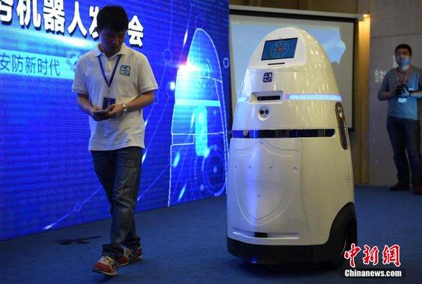 Nhìn chung AnBot không có vẻ bề ngoài thực sự đáng sợ. Thực tế trông AnBot như thành quả nghiên cứu hợp tác giữa một công ty tủ lạnh và hãng sản xuất máy lọc nước nào đó.