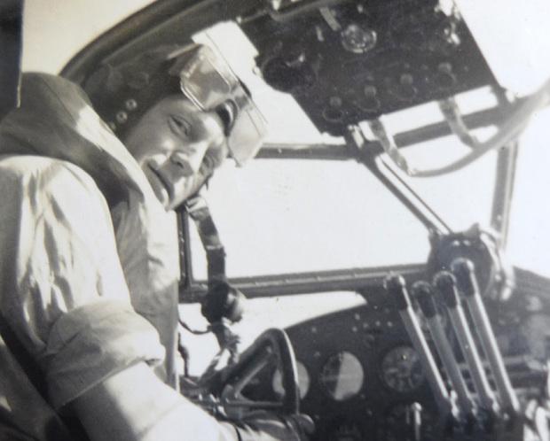 Chỉ huy Eric Hartley.