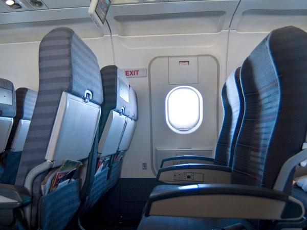 Chỉ mở cửa thoát hiểm khi có yêu cầu của tiếp viên hoặc thành viên trong phi hành đoàn