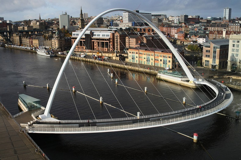 Cầu Gateshead Millennium bắc qua sống Tyne.