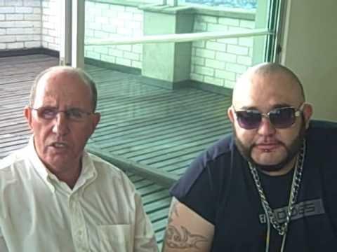 Roberto Escobar (trái)