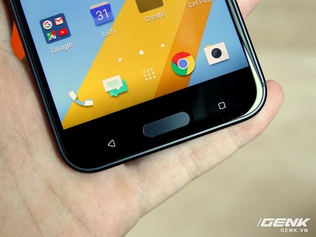 Trải nghiệm cầm nắm HTC 10 rất thoải mái, vừa bàn tay người dùng