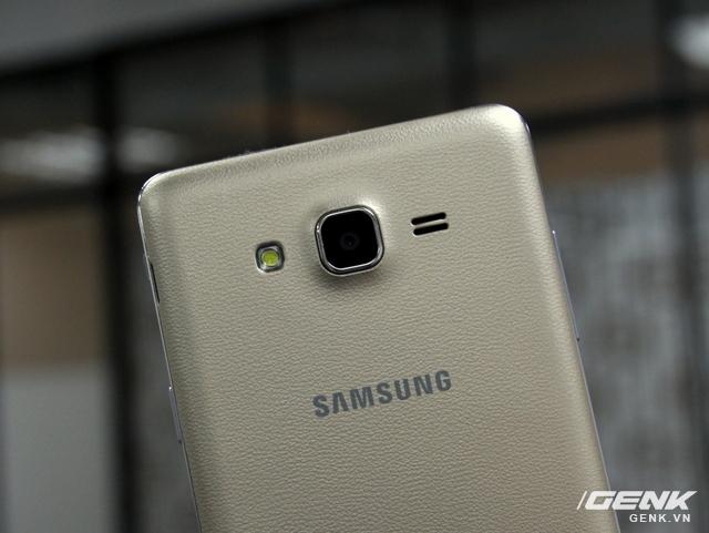 Cụm camera ở mặt lưng hơi lồi, khá giống các máy Samsung Galaxy hiện tại