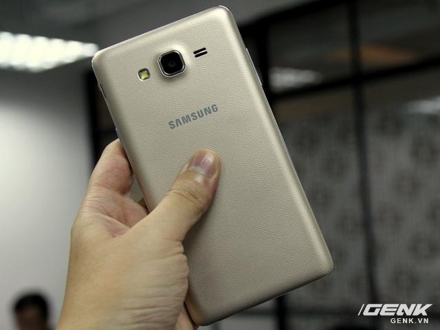 Mặt lưng giả da sang trọng chẳng khác nào chiếc Galaxy Note 3 và 4 trước đây