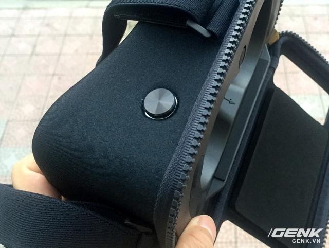 Nút bấm của kính làm bằng kim loại