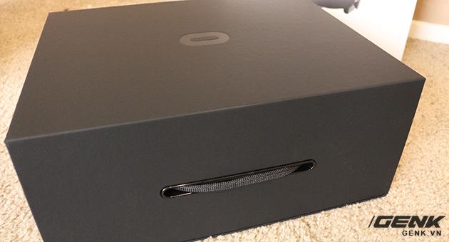 Bên trong là một hộp bìa các tông đen.